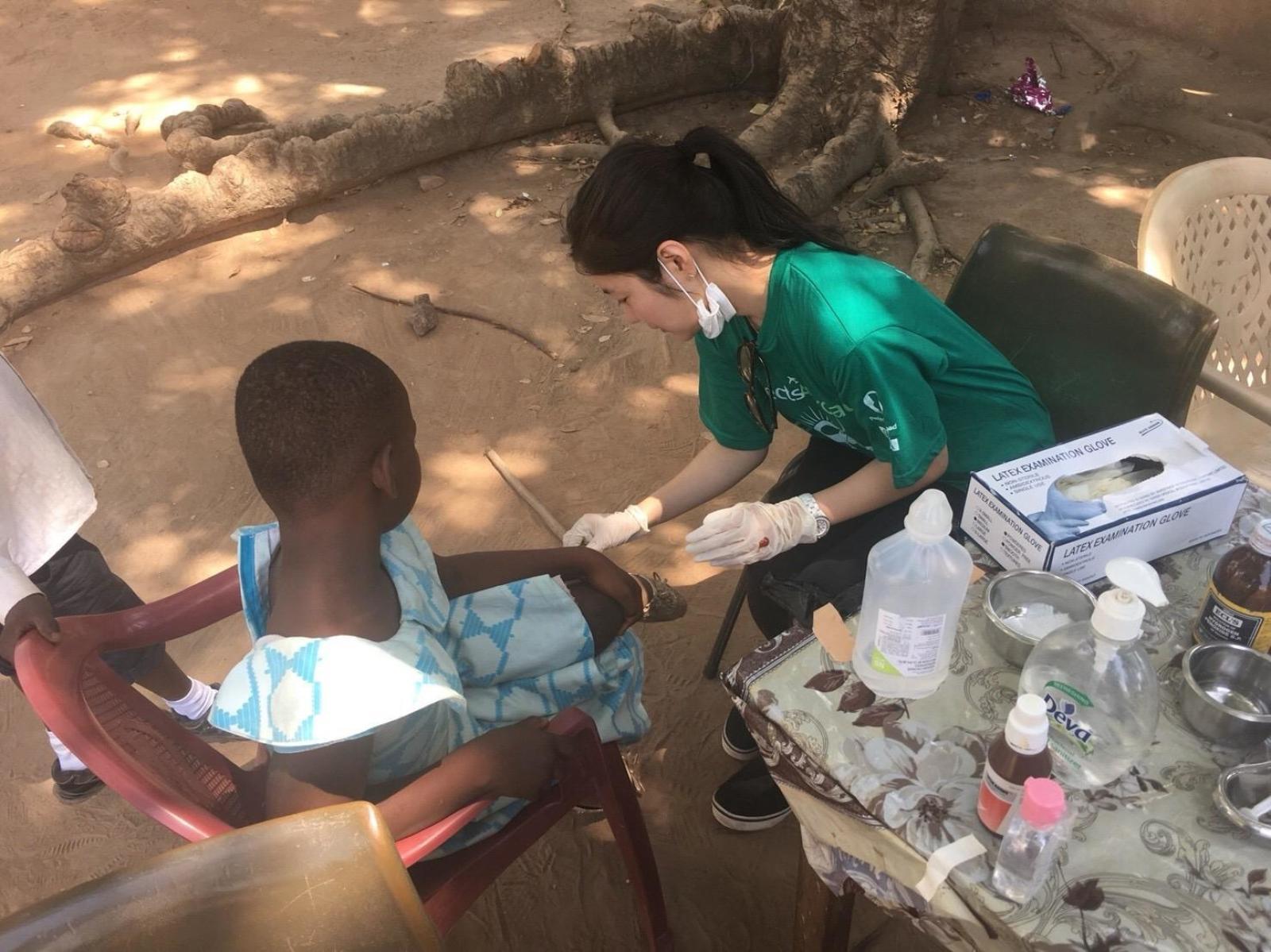春休みに日本人ボランティアがガーナで医療支援に取り組んでいる様子